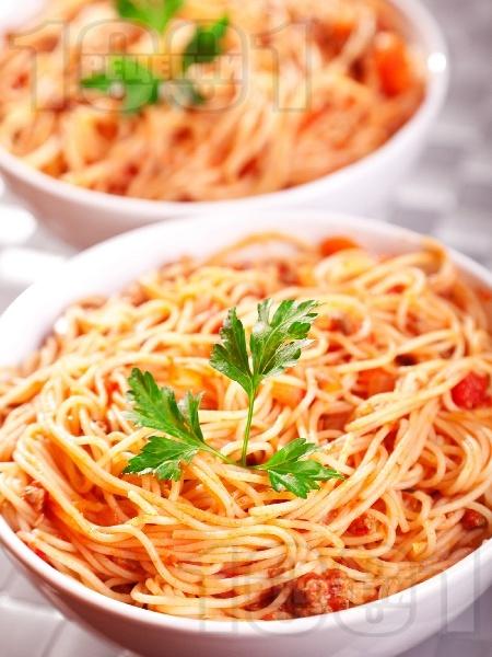 Вкусни спагети Болонезе с телешка кайма, бекон панчета и доматен сос (класическа оригинална рецепта) - снимка на рецептата